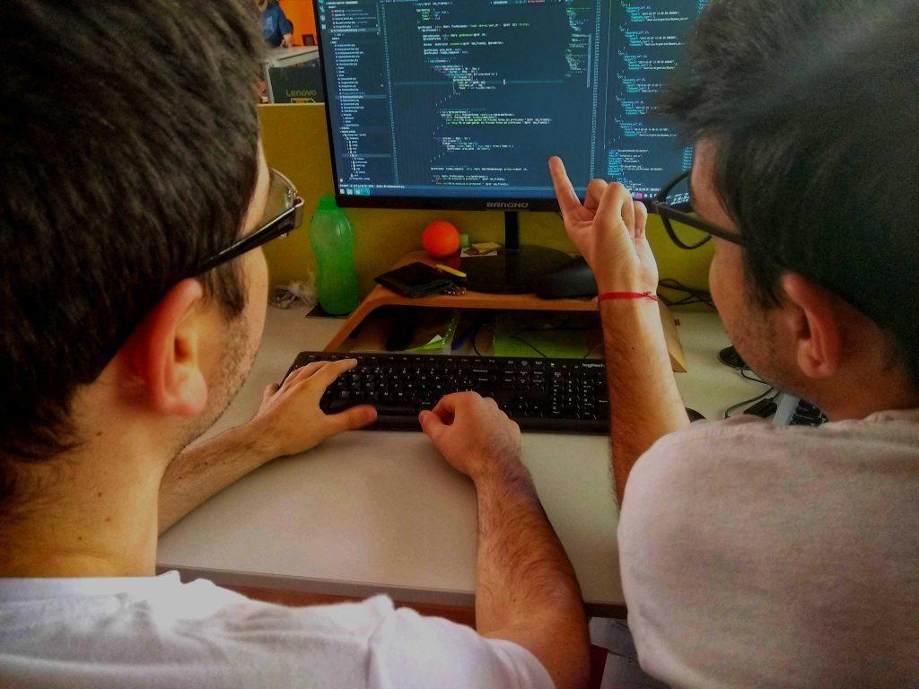 Favio y Manuel, colaborando para resolver un problema.